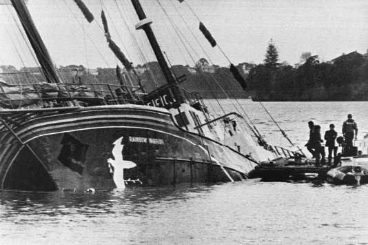 Le «Rainbow Warrior», coulé par des agents français, à Auckland harbour en 1985