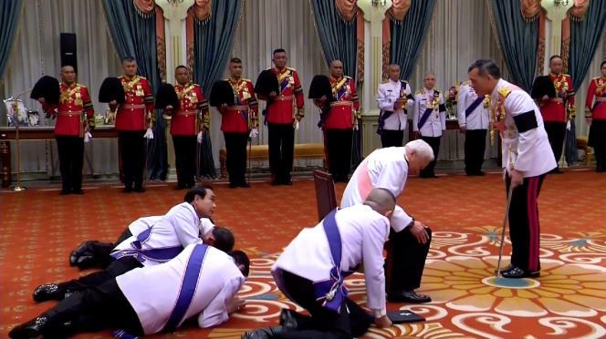 Le jour du sacre, le 1er décembre 2016, les ministres se prosternent devant Rama X, le nouveau roi de Thaïlande.