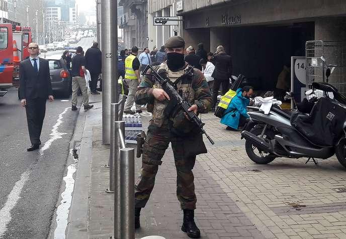 Un soldat en surveillance après l'attentat à la station de métro Maelbeek à Bruxelles le 22 mars 2016.