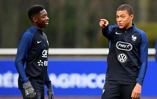 Kylian Mbappé indique la direction à suivre à Ousmane Dembélé. La jeunesse arrive chez les Bleus.