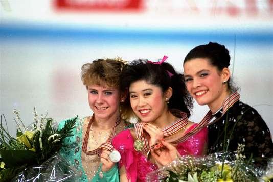 Le podium du Mondial 1991 de patinage artistique, avec Tonya Harding en argent, Kristi Yamaguchi en or, et Nancy Kerrigan en bronze.