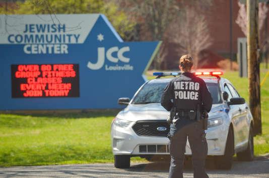 Des policiers bloquent les accès à un centre communautaire juif à Louisville, dans le Kentucky, après une alerte à la bombe, le 8 mars 2017.