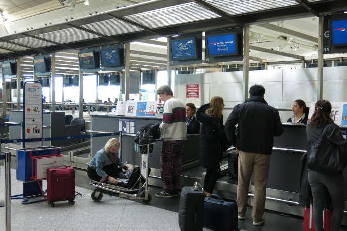 Des passagers obligés de mettre leurs ordinateurs en soute, ici à l'aéroportd'Istanbul.