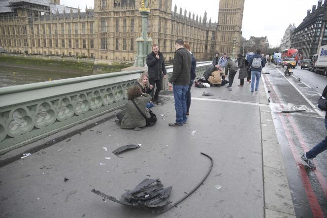 Des passants se portent au secours des piétons renversés par l'attaquant sur le pont de Westminster le 22 mars à Londres.