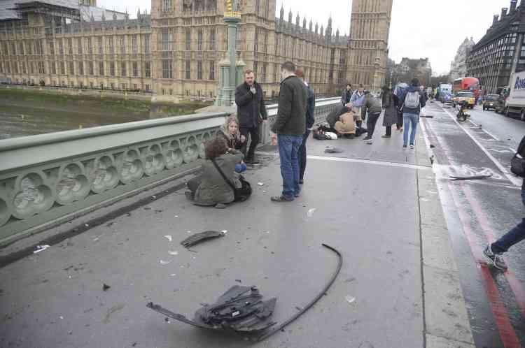 Des passants se portent au secours des piétons renversés par l'attaquant sur le pont de Westminster.Le mode opératoire rappelle l'attentat de Nice du 14juillet 2016.
