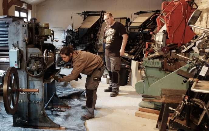 Deux salariés de Tezea s'occupent de l'entretien de machines d'imprimerie appartenant à une association de la commune de Pipriac (Ille-et-Vilaine).