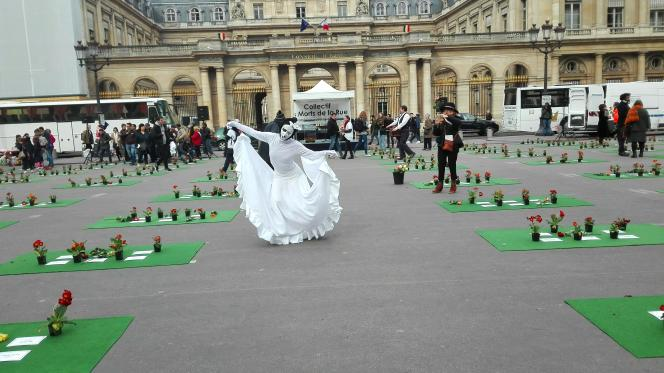 Place du Palais-Royal, à Paris, des artistes de rue déambulent dans les allées, entre lesplaques portant le nom des«morts de la rue».