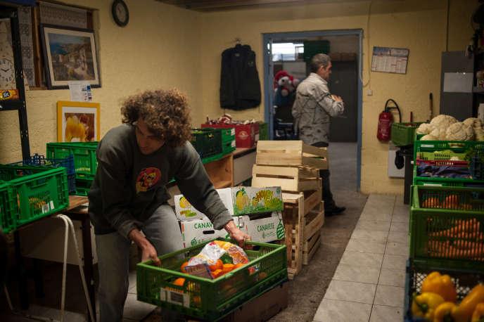 A Sète, le 22 février, les bénévoles organisent le tri des aliments alors que le nombre de personnes qui viennent au Secours populaire sont de plus en plus nombreuses.