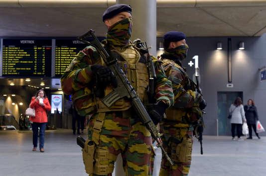 Des militaires belges déployés dans la gare d'Anvers.