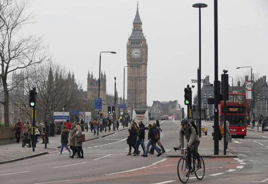 Des véhicules et des passants sur le pont de Westminster après sa réouverture au public jeudi après-midi.