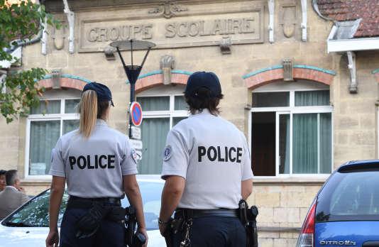 Des officiers de police devant une école, à Bordeaux, en septembre 2016.