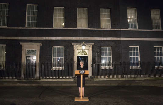 L'intervention de la première ministre Theresa May devant le 10 Downing street le soir du 22 mars.