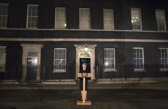 L'intervention de la première ministre Theresa May devant le 10 Downing street le soir du 22 mars.