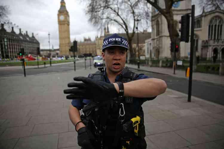 Les policiers armés ont fait évacuer les rues autour du Parlement.