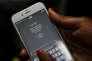 « Le téléphone peut être un outil d'asservissement, en facilitant l'addiction au jeu, par exemple, ou en facilitant des escroqueries. Ainsi, les femmes voient beaucoup plus fréquemment leur usage du mobile contrôlé par les hommes que l'inverse» (Photo: téléphone portable au Kenya).