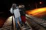 Des migrants clandestins longent les voies ferrées qui permettent de rejoindre la frontière canado-américaine au niveau d'Emerson (province canadienne du Manitoba), le 26 février 2017.