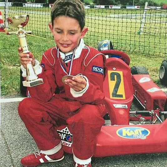 Trophée en main, Esteban Ocon regarde sa médaille après une victoire en minikart. «J'adore cette photo, son regard rempli de fierté, commente sa mère Sabrina le23mars 2017. Il doit avoir 6 ans.»