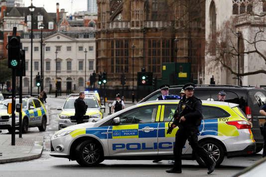 Des policiers armés sécurisent le quartier de l'attaque autour de Westminster à Londres le 22 mars.