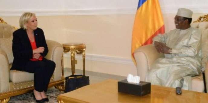 La candidate du Front national (FN) à la présidentielle française avec le président tchadien Idriss Déby Itno à N'Djamena, le 22 mars 2017.