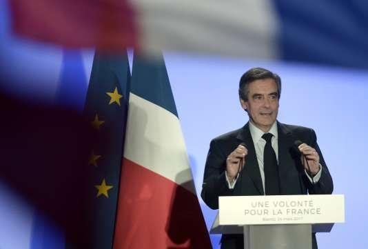 Francois Fillon delivers lors de son meeting à Biarritz le 24 mars.