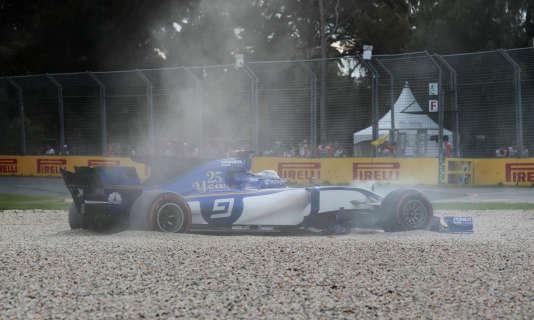Sortie de piste pour la Sauberde Marcus Ericsson, le 24 mars à Melbourne.