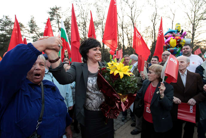 La dirigeante du Parti socialiste bulgare, Kornelia Ninova, en campagne à Sofia, vendredi 24mars. En cas de victoire de son parti aux législatives, elle briguera le poste de premier ministre.