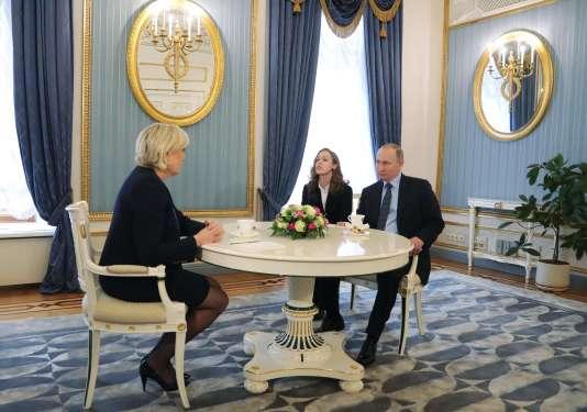 Le président russe, Vladimir Poutine, et la candidate du FN à l'élection présidentielle française, Marine Le Pen, au Kremlin le 24 mars.