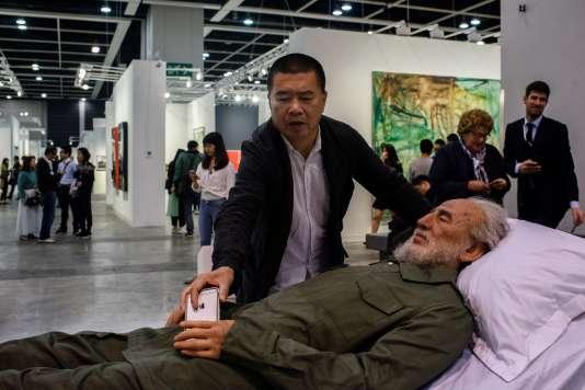 L'artiste chinois Shen Shaomin présente «Summit», qui met en scène des répliques de dirigeants communistes décédés (ici, Fidel Castro), à la foire Art Basel de Hongkong, le 22mars 2017.