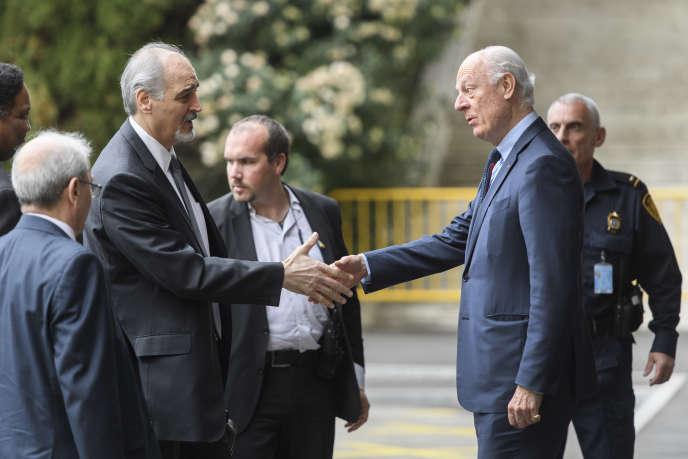 Bachar Al-Jaafari, l'ambassadeur syrien à l'ONU (à gauche), avec Staffan de Mistura,l'émissaire des Nations unies, vendredi 24 mars à Genève.