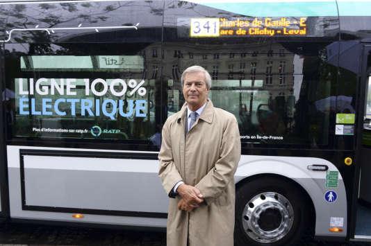 Vincent Bolloré, le 30 mai 2016, lors de la présentation du Bluebus de la RATP équipé des batteries électriques produites par Blue Solutions.
