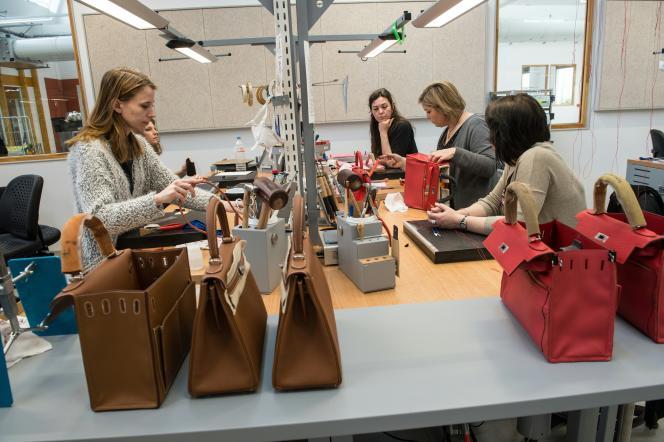 Dans l'atelier Hermès d'Hericourt, dans l'est de la France, le 31 mars 2016.