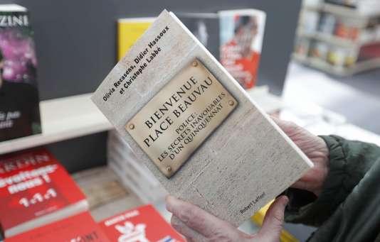 Un exemplaire du livre «Bienvenue Place Beauvau» par Olivia Recasens, Didier Hassoux et Christophe Labbe, au salon du livre de Paris.