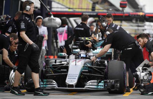 La Mercedes du Finlandais Valtteri Bottas entre aux stands, lors des essais du 24 mars à Melbourne.
