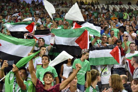 Des supporteurs de foot manifestent régulièrement leur soutien à la cause palestinienne, comme ici lors du match de Ligue Europa entre Saint-Etienne et le Beitar Jérusalem.