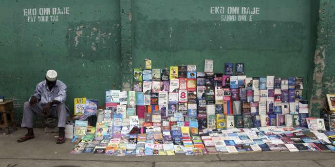 Vendeur de livres à Lagos.