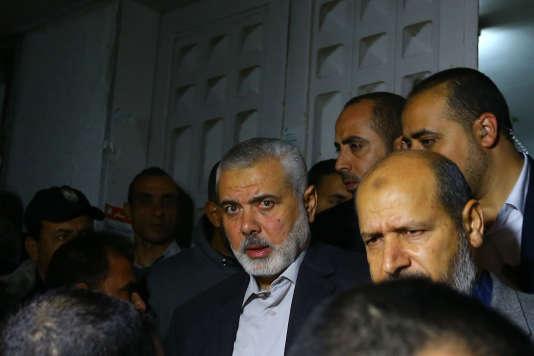 De nombreux dirigeants du Hamas, dont l'ancien premier ministre Ismaïl Haniyeh (au contre), se sont rendus à l'hôpital Chifa de Gaza, où se trouve le corps de M. Faqha, le 24 mars.