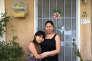Erica Bejarano, sans-papiers, qui, si elle est expulsée, devra se séparer de sa fille Guadalupe, 11 ans, devant sa maison à Modesto (Californie) le 19 mars.