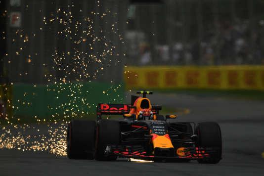 Max Verstappen fait des étincelles au volant de sa Red Bull, le 24 mars, lors des essais à Melbourne (Australie).
