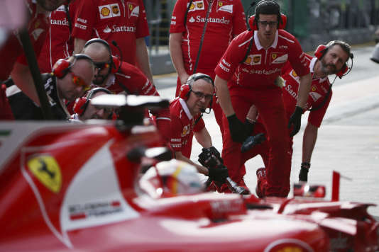 Les mécaniciens Ferrari à l'arrivée sur le pit lane de l'Allemand Sebastian Vettel, le 24 mars à Melbourne.