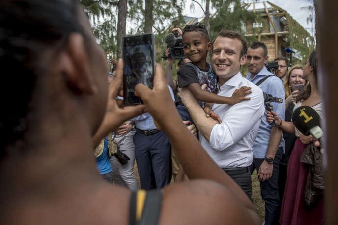 Emmanuel Macron au marché des forains de Saint-Leu, à la Réunion, le 25 mars.