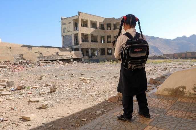 Une fillette devant son école détruite, à Taëz, dans le sud-ouest du Yémen, le 16 mars.