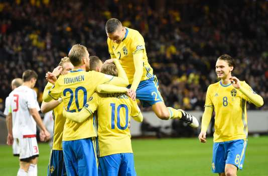 Sweden's midfielder Emil Forsberg (3rd R) celebrates with his teammates after scoring a goal during the FIFA World Cup 2018 qualification football match between Sweden and Belarus in Solna on March 25, 2017. / AFP / Jonathan NACKSTRAND