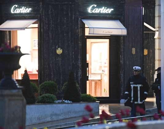Des policiers devant la bijouterie de luxe braquée samedi après-midi.