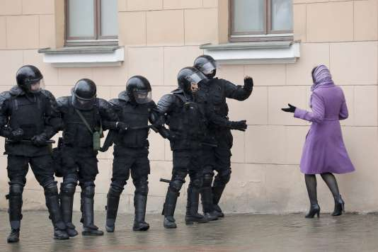 Plusieurs centaines de policiers ont été déployés à Minsk pour interdire l'accès à une place où les protestataires entendaient manifester, le 25 mars.
