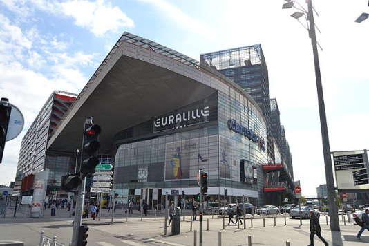 Centre commercial d'Euralille situé entre deux gares de TGV et desservi par une palette de transports en commun. - Par Mathcrap35 — Travail personnel, CC BY-SA 4.0