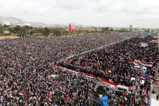 Les partisans des houthistes et de l'ancien président Saleh participent à une manifestation marquant les deux ans de l'intervention militaire de la coalition saoudienne à Sanaa, au Yémen, le 26 mars 2017.