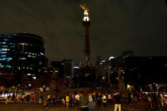 Dans le centre de Mexico, samedi 25 mars, pendant l'extinction momentanée de l'Ange de l'indépendance.