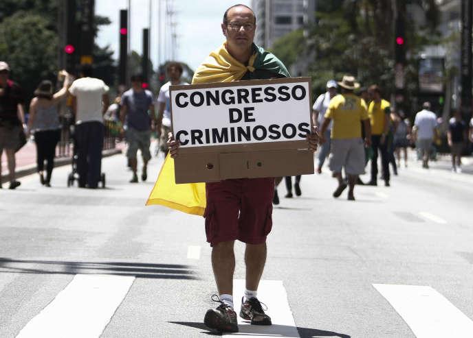 Un manifestant anticorruption, le 4 décembre 2016 à Sao Paulo au Brésil.