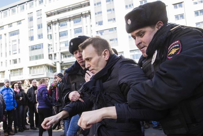Alexeï Navalny, lors de son arrestation, dimanche 25 mars, à Moscou, en Russie.