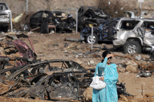 Une femme palestinienne cherche sa voiture sur le parking dévasté du Marrriott Hotel, le 23 septembre 2008.